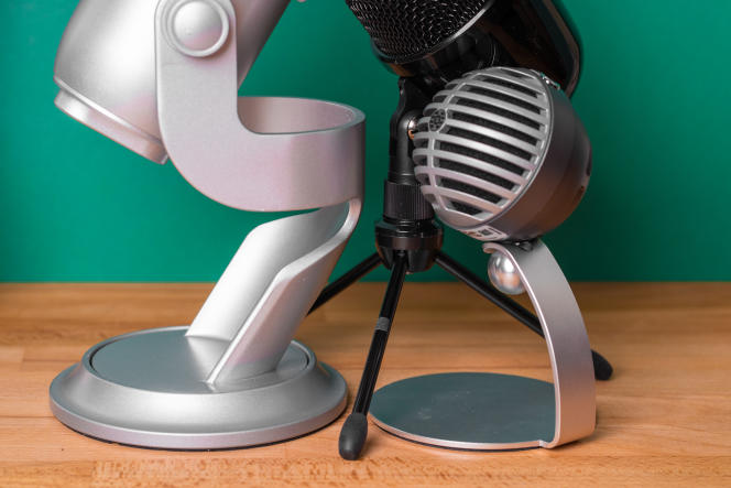 Par rapport aux pieds du Yeti et du MV5, le trépied léger du micro Amazon Basics paraît moins stable. En revanche, il permet d'orienter la tête vers le haut, comme le Yeti.