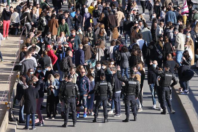 Des gendarmes tentent de disperser les Parisiens rassemblés le long de la Seine, à Paris le 27février 2021.