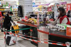 Une caissière travaille masquée dans un supermarché à Montpellier (Hérault), le 30 mars 2020.