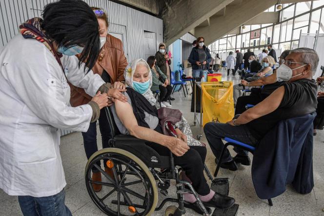 Vaccinations dans la salle de sport El-Menzah à Tunis, le 12 avril 2021.