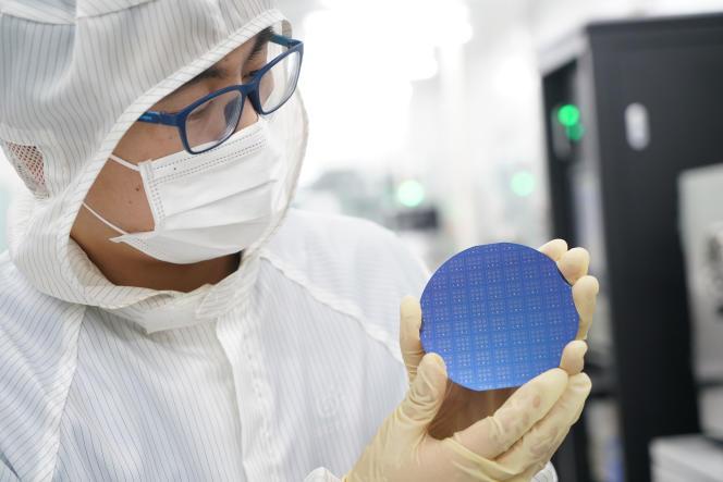 Une plaquette de nanotubes de carbone semi-conducteurs dans un laboratoire de recherche, à Pékin, en mai 2020.