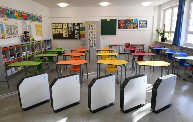 Des filtres à air dans une salle de classe d'une école primaire à Eichenau près de Munich, dans le sud de l'Allemagne, le 18 décembre 2020.
