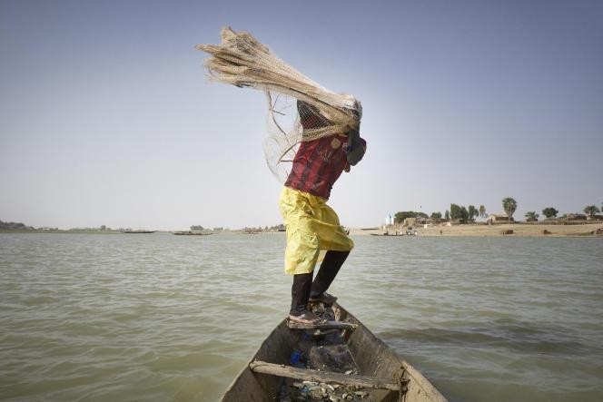 Un pêcheur malien lance son filet dans le fleuve Niger, à Mopti, le 17mars 2021.