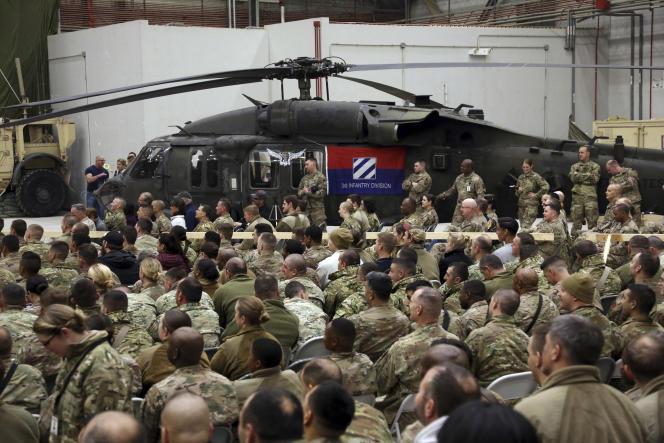 Des soldats de l'armée américaine assistent, le 24 décembre 2017, à une célébration de Noël sur un aérodrome américain à Bagram, au nord de Kaboul.