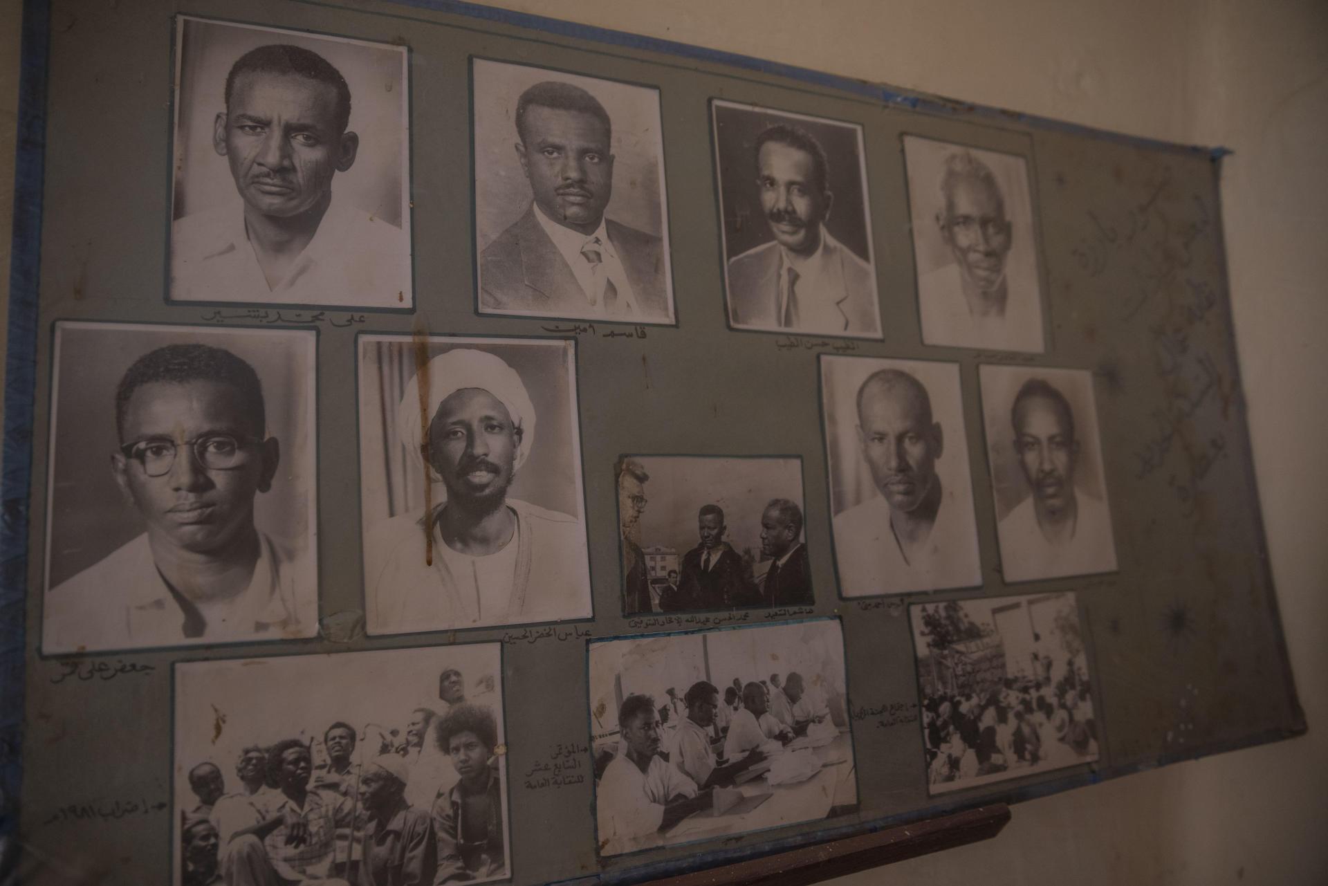 Dans le bureau du principal syndicat des cheminots soudanais, les portraits des dirigeants historiques sont affichés au mur, en avril 2021.