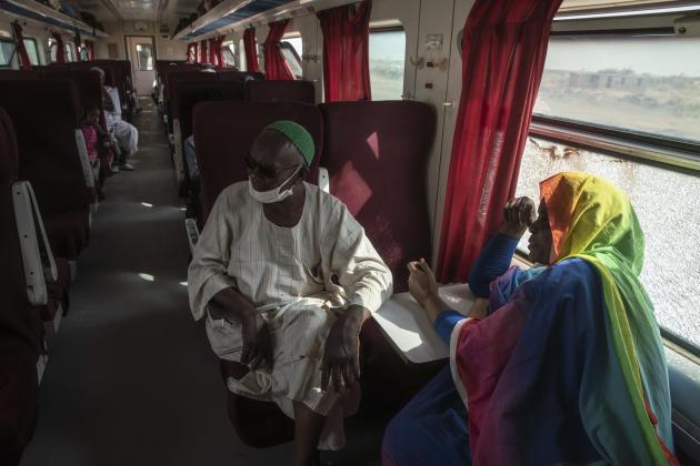Dans les wagons, tout le monde se parle. On fait connaissance, prend des nouvelles de la famille, des amis. Le trajet sera long. Quelque part au Soudan, en avril 2021.