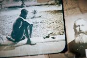 Dans l'Etat indépendant du Congo de Léopold II, un père regarde le pied et la main coupée de sa fille.
