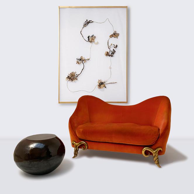 « Galet », d'Armelle Benoit ; canapé Corbini, de Garouste & Bonetti et « ElapsedTime Paris Coronavirus I », de Daniela Busarello. Ils ont fait partie de l'exposition en ligne « The French Savoir-Faire ! », sur Artsy.