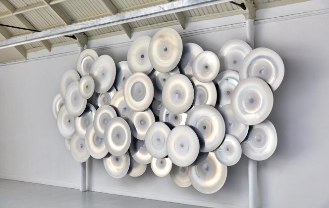 Une installation en verre de Jeremy Maxwell Wintrebert lors de son solo show en octobre 2020 dans le Marais, à Paris.
