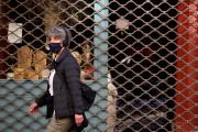 Une femme marche devant un magasin fermé lors du troisième confinement, à Paris, le 23 avril 2021.