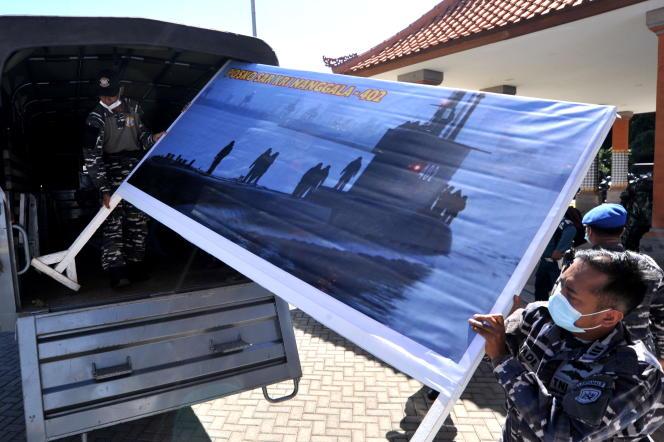 Voorbereidingen voor een poging om op vrijdag 23 april de Indonesische onderzeeër KRI te vinden