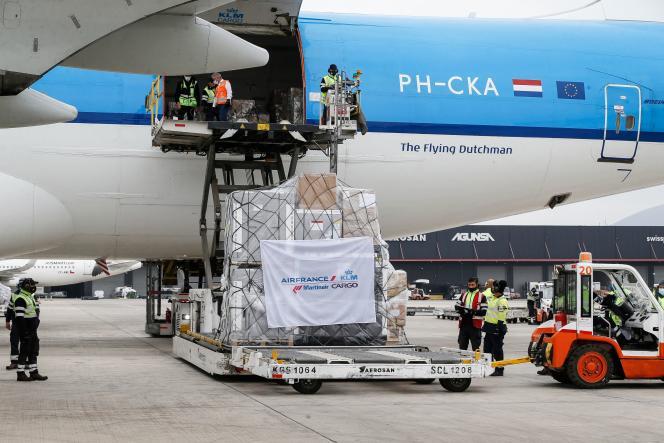 Arrivée d'une cargaison de vaccins d'AstraZeneca à l'aéroport de Santiago, vendredi 23avril.