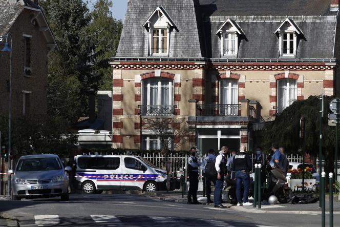 Des policiers à proximité du commissariat de Rambouillet, où l'une de leur collègue a été tuée,vendredi 23 avril