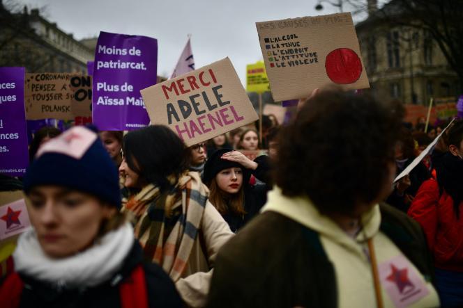 Une femme brandit une pancarte avec l'inscription « Merci Adèle Haenel», mardi 8 mars, lors d'une manifestation organisée dans le cadre de la journée internationale des droits des femmes, à Paris.
