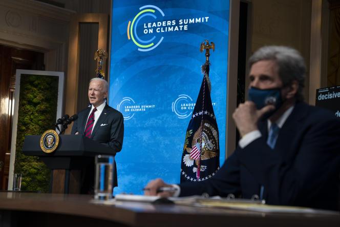 Le président américain, Joe Biden (à gauche), et son envoyé spécial sur le climat, John Kerry, le 22 avril à Washington lors d'un sommet virtuel.