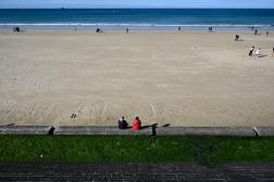 Un après-midi ensoleillé àla plage du port breton de Saint-Malo en 23 février.