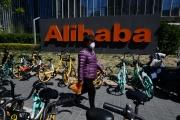 Devant le siège d'Alibaba, à Pékin, le 13 avril 2021.