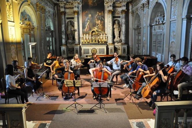 La violoncelliste Ophélie Gaillard (au premier plan, à gauche) avec des étudiants, en 2016, au château de Fontainebleau (Seine-et-Marne).