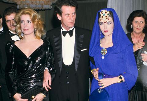 Portrait de l'actrice Catherine Deneuve, du décorateur Jacques Grange et de l'actrice Isabelle Adjani lors d'une soirée donnée autour du film 'Subway' de Luc Besson au Palais des Congrès le 6 avril 1985 à Monte-Carlo, Monaco.