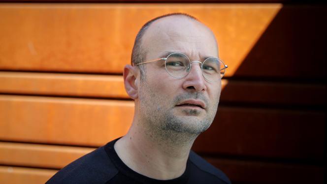 Le réalisateur roumain Alexander Nanau à Bucarest, le 12 avril.