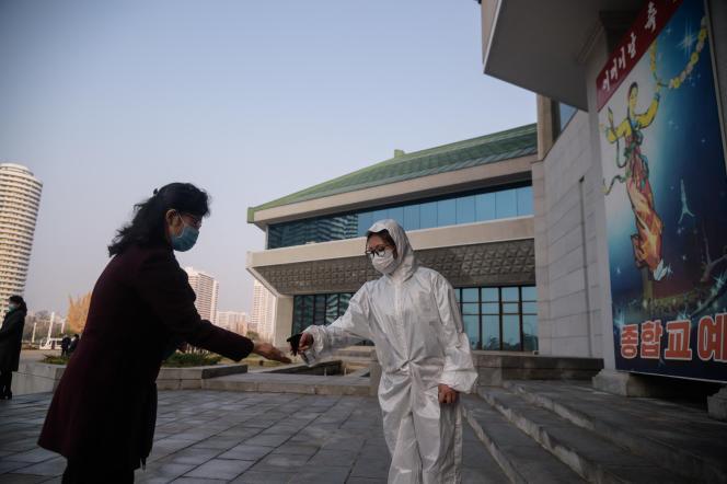 Test sanitaire avant un spectacle à Pyongyang (Corée du Nord), en novembre 2020.