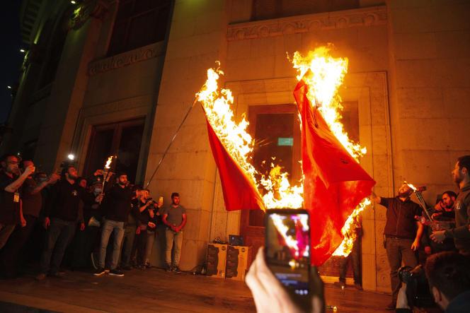 Des manifestants brûlent des drapeaux turcs lors de la commémoration du 106e anniversaire du génocide arménien, à Erevan (Arménie), le 24 avril.