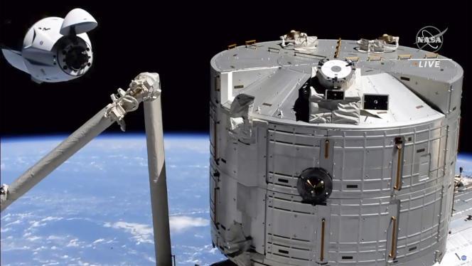 Imagen de la NASA que muestra la cápsula SpaceX Crew Dragon acercándose a la Estación Espacial Internacional (ISS), el sábado 24 de abril por la mañana.