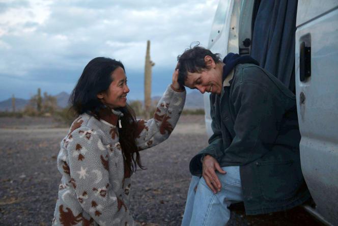 La réalisatrice Chloé Zhao (à gauche) et l'actrice Frances McDormand sur le tournage de « Nomadland».