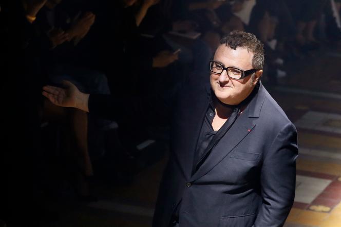 Alber Elbaz, à l'issue du défilé de la collection prêt-à-porter Lanvin printemps-été 2015, à Paris, le 25 septembre 2014.