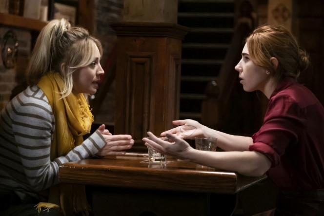 Cassandra Bowden (Kaley Cuoco) et sa meilleure amie Annie(Zosia Mamet) dans la série «The Flight Attendant».