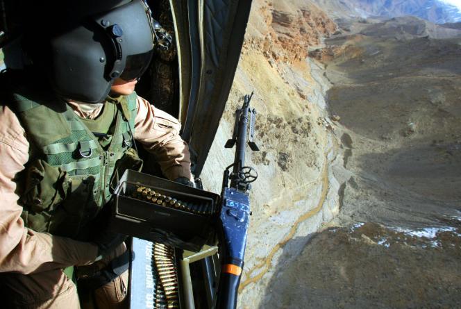Survol de l'est de l'Afghanistan, le 17 mars 2002, à bord d'un hélicoptère Chinook transportant le dernier contingent américain de l'opération « Harpon» à se retirer de la vallée de Shahi Kot.