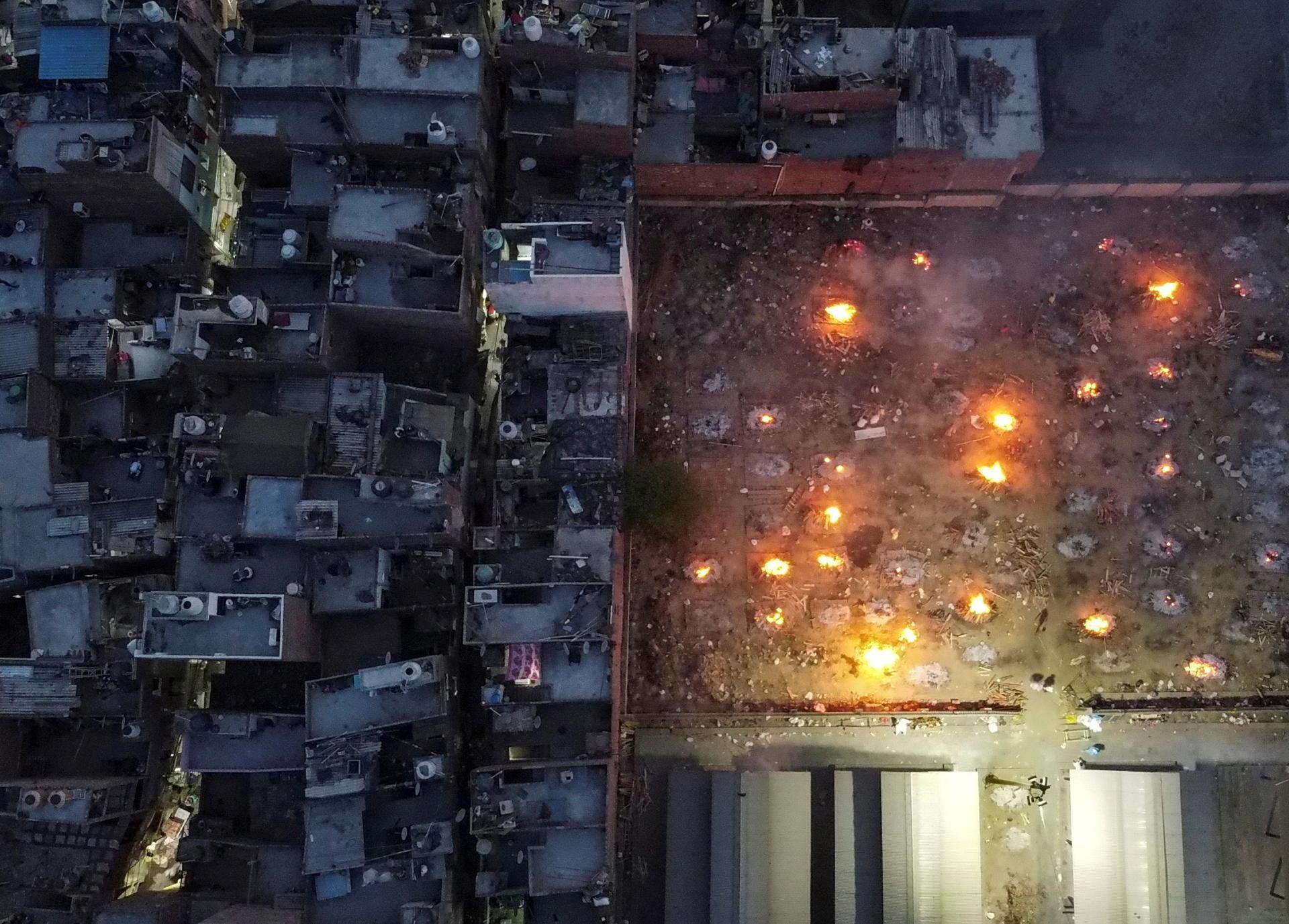 Vue aérienne d'un terrain à New Delhi converti en crématorium géant pour incinérer les victimes du Covid-19, le 22 avril.