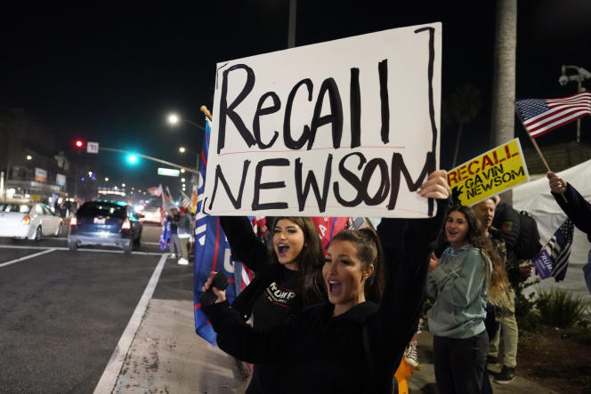 Manifestation pour demander la révocation du gouverneur de Californie, Gavin Newsom, à Huntington Beach, le 21 novembre 2020.