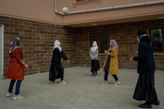 Des élèves jouent au volley-ball dans une cour du pensionnat Oku Uygur Bilig, près d'Istanbul, le 19 avril 2021.