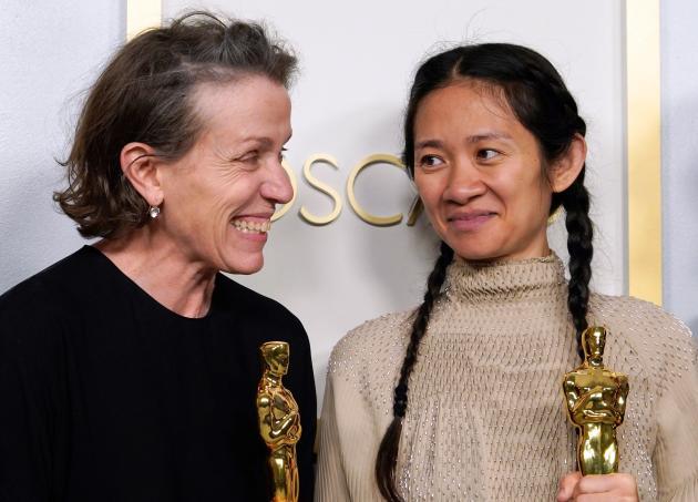 Frances McDormand (meilleure actrice) et Chloé Zhao (meilleure réalisation et meilleur film) lors des Oscars à Los Angeles, le 25 avril.