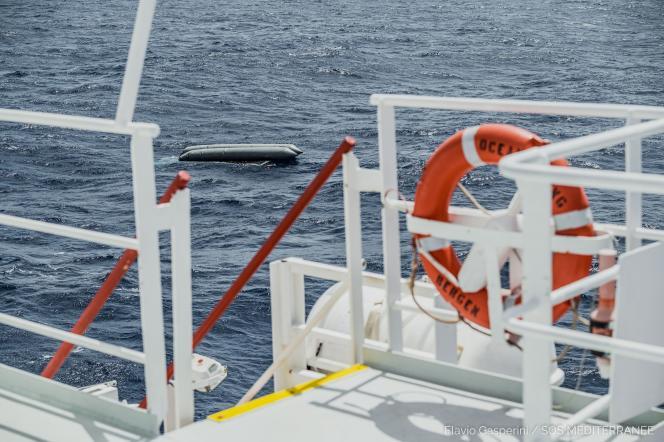 Un gommone che trasportava almeno 130 migranti si è capovolto al largo delle coste libiche il 22 aprile 2021.