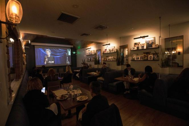 Les clients d'un restaurant regardent la cérémonie des Oscars, dimanche 25 avril, à Los Angeles.