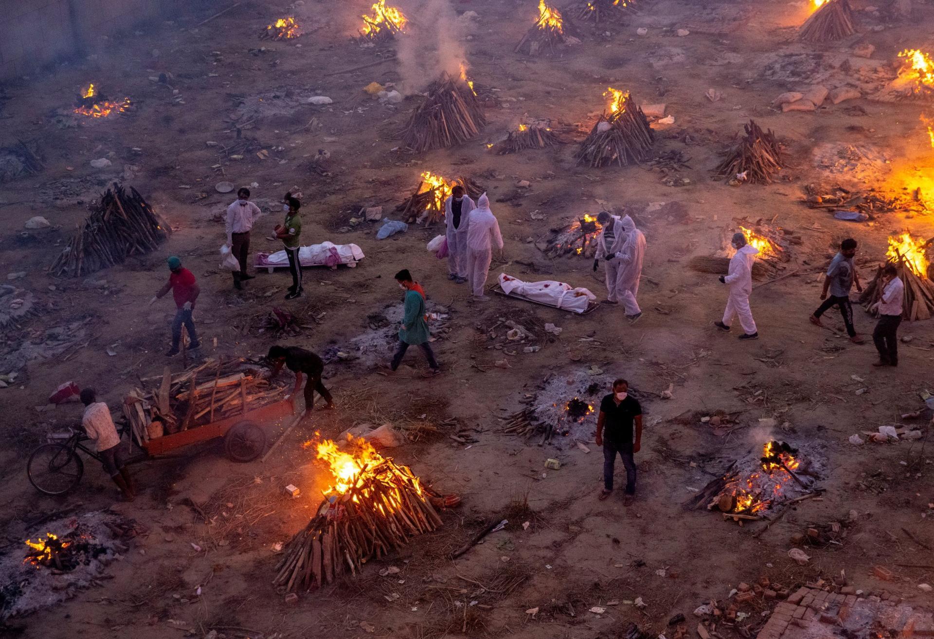 Des victimes du Covid-19 sont incinérées sur un terrain converti en crématorium géant à New Delhi, le 23 avril 2021.