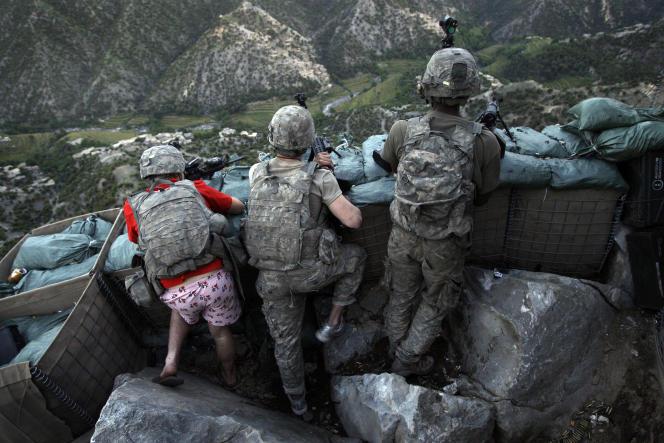 Des soldats du 26e régiment d'infanterie de l'armée américaine prennent position après avoir subi des tirs talibans dans la vallée de Korengal, dans la province afghane de Kunar, le lundi 11 mai 2009.