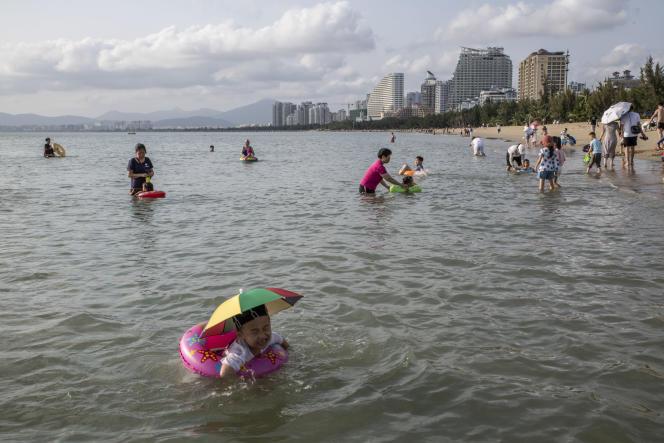 Hainan attire des touristes de toute la Chine pour son climat tropical et ses plages. Ici, à Sanya, le 28 février.