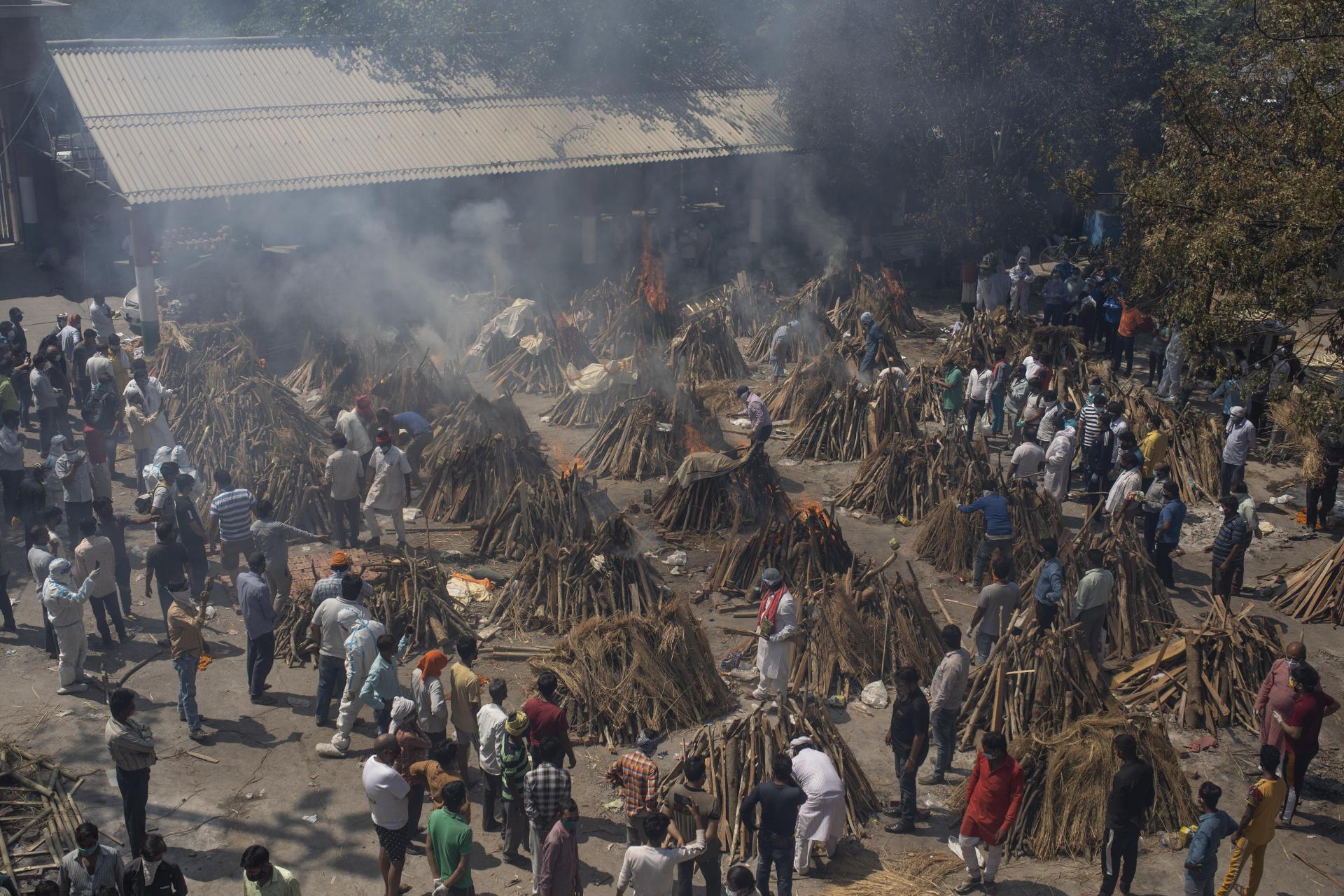 Des bûchers dressés pour incinérer les corps de victimes du Covid-19 sur un terrain converti en crématorium à New Delhi, le 24 avril.