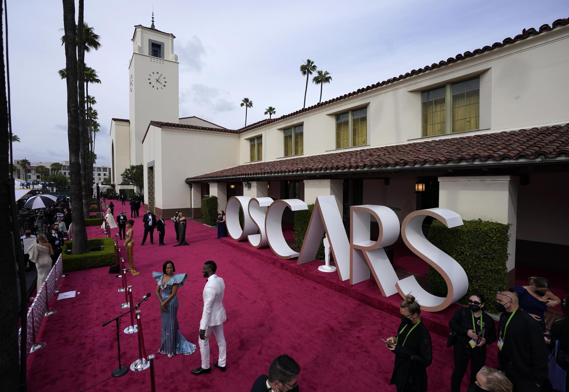 Regina King i Aldis Hodge na czerwonym dywanie przed Union Station w Los Angeles na 93. ceremonii rozdania Oscarów 25 kwietnia.