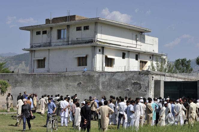 Devant la cachette du chef d'Al-Qaida, Oussama Ben Laden, après qu'il a été tué par les forces spéciales américaines, à Abbottabad, le 3mai 2011.