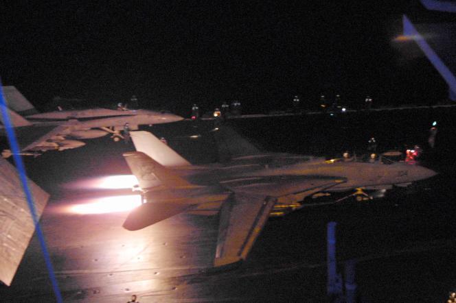 Des chasseurs américains F-18 décollent du pont principal de l'USS«Enterprise», le 8octobre 2001, alors qu'une deuxième vague d'attaques aériennes ménées par les Etats-Unis contre l'Afghanistan a été lancée.