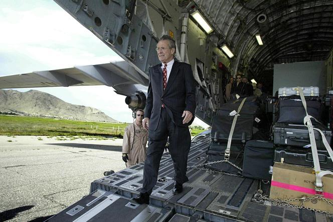 Le secrétaire américain à la défense Donald Rumsfeld descend d'un avion militaire C-17, le 1ermai 2003, à Kaboul.