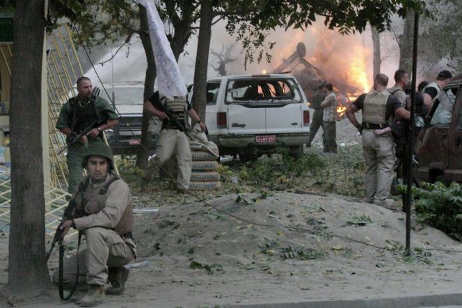 Des soldats américains de la force de la coalition dirigée par les Etats-Unis en Afghanistan tentent de sécuriser la zone où une voiture piégée a tué au moins quatre personnes, le 29 août 2004, à Kaboul.