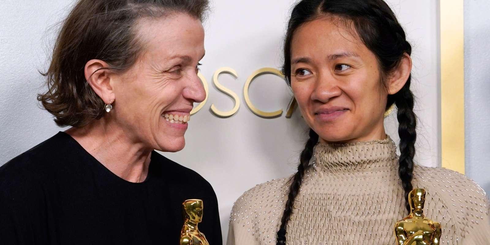 Frances McDormand et Chloé Zhao recevant leurs prix pour « Nomadland», lors de la 93e cérémonie des Oscars à Los Angeles, le 25 avril.