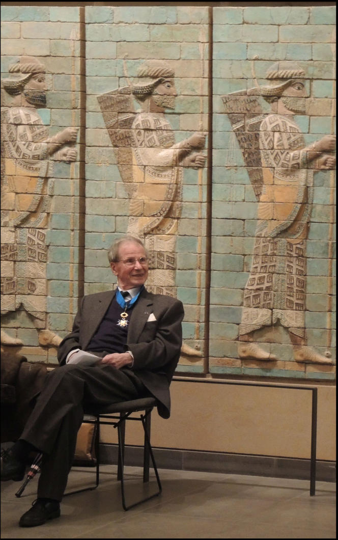 Pierre Amiet dans le département des antiquités orientales du Musée du Louvre, devant la frise des Archers provenant du palais de Darius à Suse (Iran), en 2014.