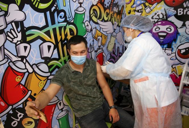 Un homme prend un selfie alors qu'il reçoit une dose du vaccin QazVac contre le Covid-19, à Almaty, au Kazakhstan, le 27 avril.