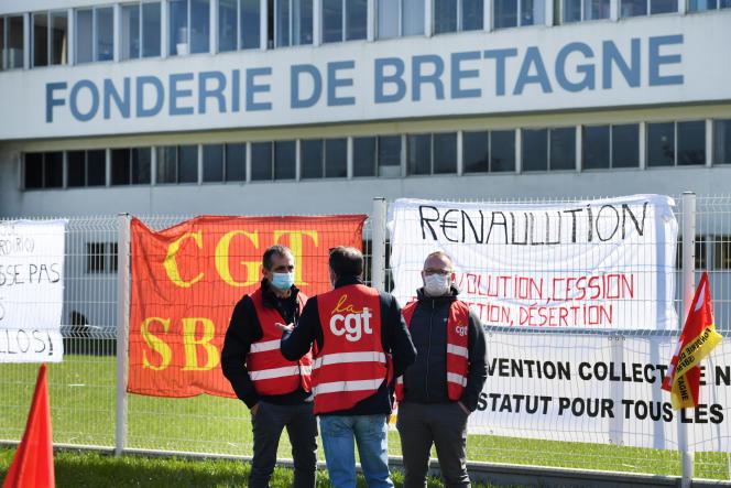 Des syndicalistes CGT de la Fonderie de Bretagne participent à un mouvement de grève, le 23 mars, à Caudan (Morbihan).